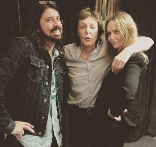 Dave Grohl, Paul e Mary McCartney, filha do ex-beatle, nos bastidores do show
